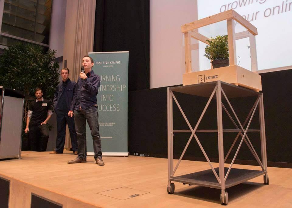 """Een podium met een presentator van het product """"EarthBox"""""""