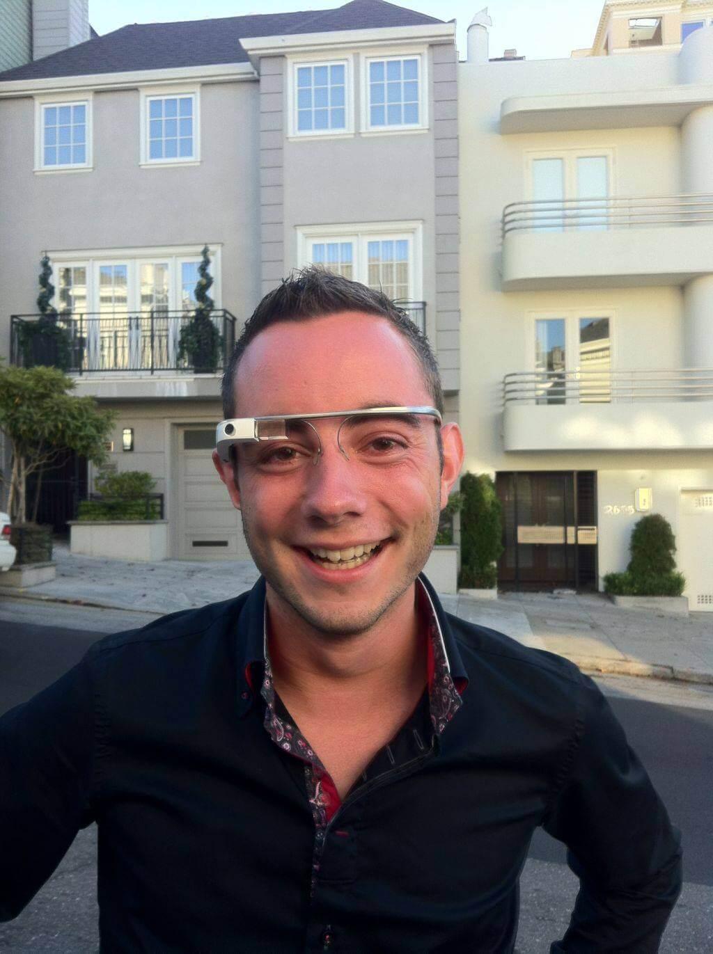 Jim die de Google Glass draagt