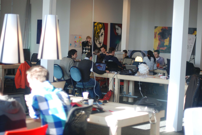 een groep mensen die in een kantoor ruimte samenwerken