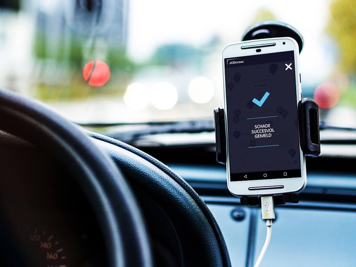 een android toestel in een houder van een rijdend voertuig